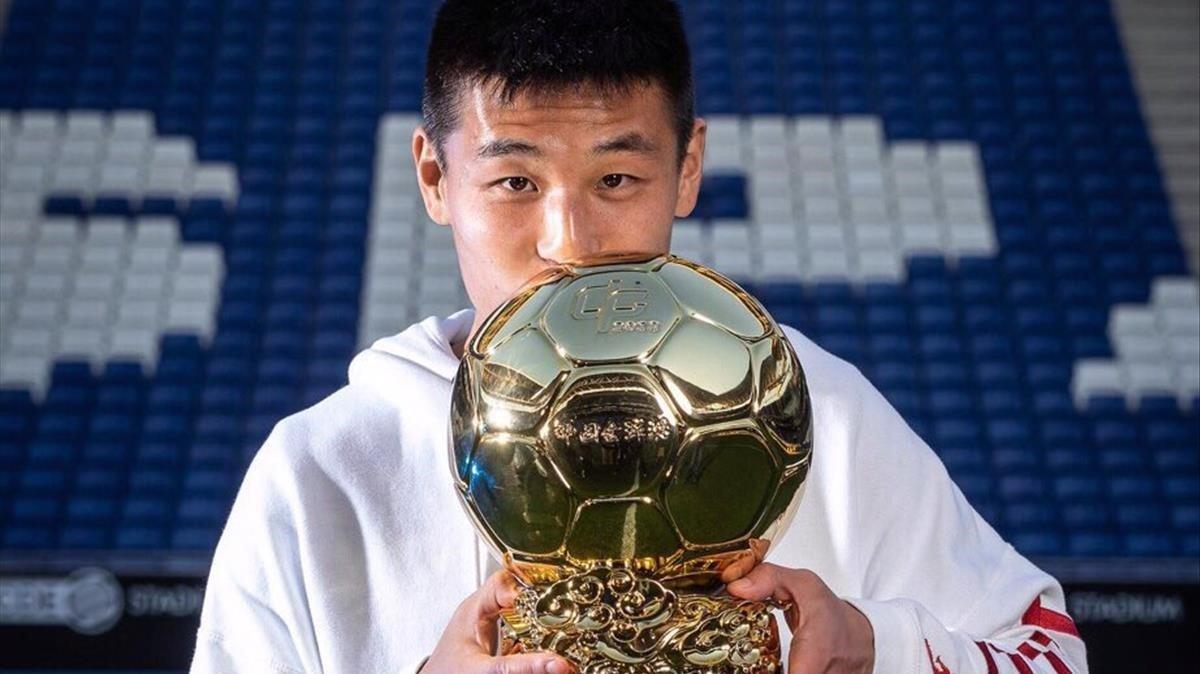 Wu Lei besa el balón de oro del 2018.