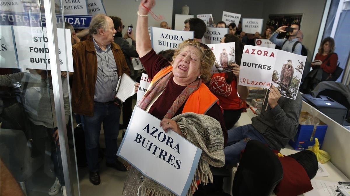 Acción sorpresa del Sindicat de Llogaters contra el fondo buitre Azora, este lunes.