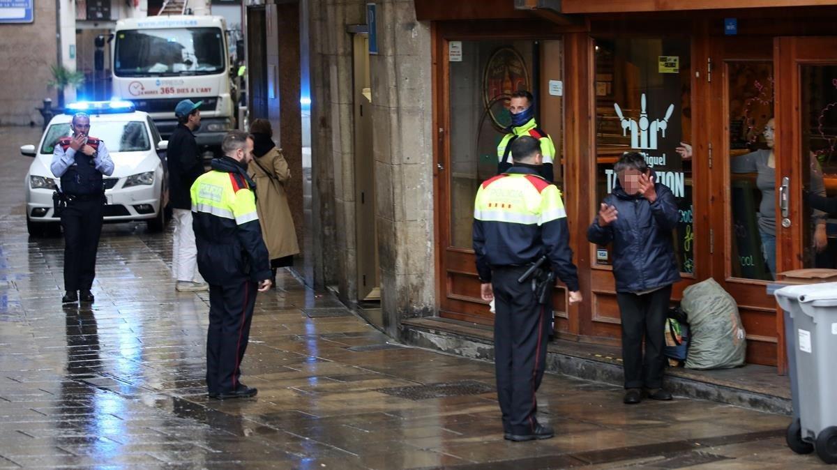 Agentes de los Mossos identifican hoy en Barcelona a un hombre por incumplir orden de confinamiento.