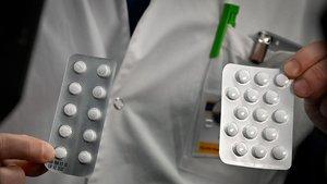 Un trabajador del Instituto Médico Mediterráneo de Marsella muestra un paquete de cloroquina.