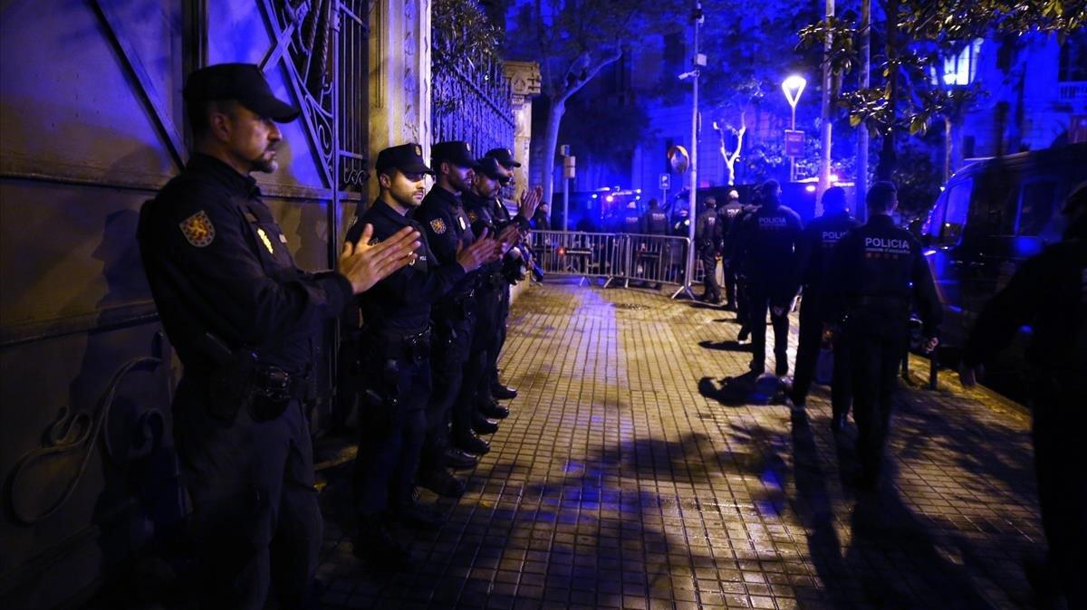 Homenatge dels Mossos i de la Urbana a la Prefectura Superior de Via Laietana al policia mort per coronavirus