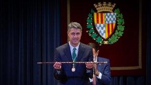 Albiol muestra la vara de mando municipal, este martes en el Ayuntamiento de Badalona.