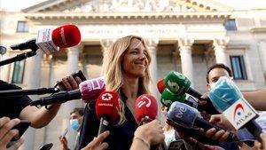 Cayetana Álvarez de Toledo, rodeada de periodistas.