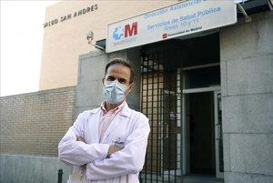 El doctorJoséMaría Molero, médico de atención primaria en elcentro de salud San Andrés, en Villaverde Alto (Madrid).