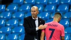 Zidane da un golpecito en la espalda a Hazard tras sustituirle.