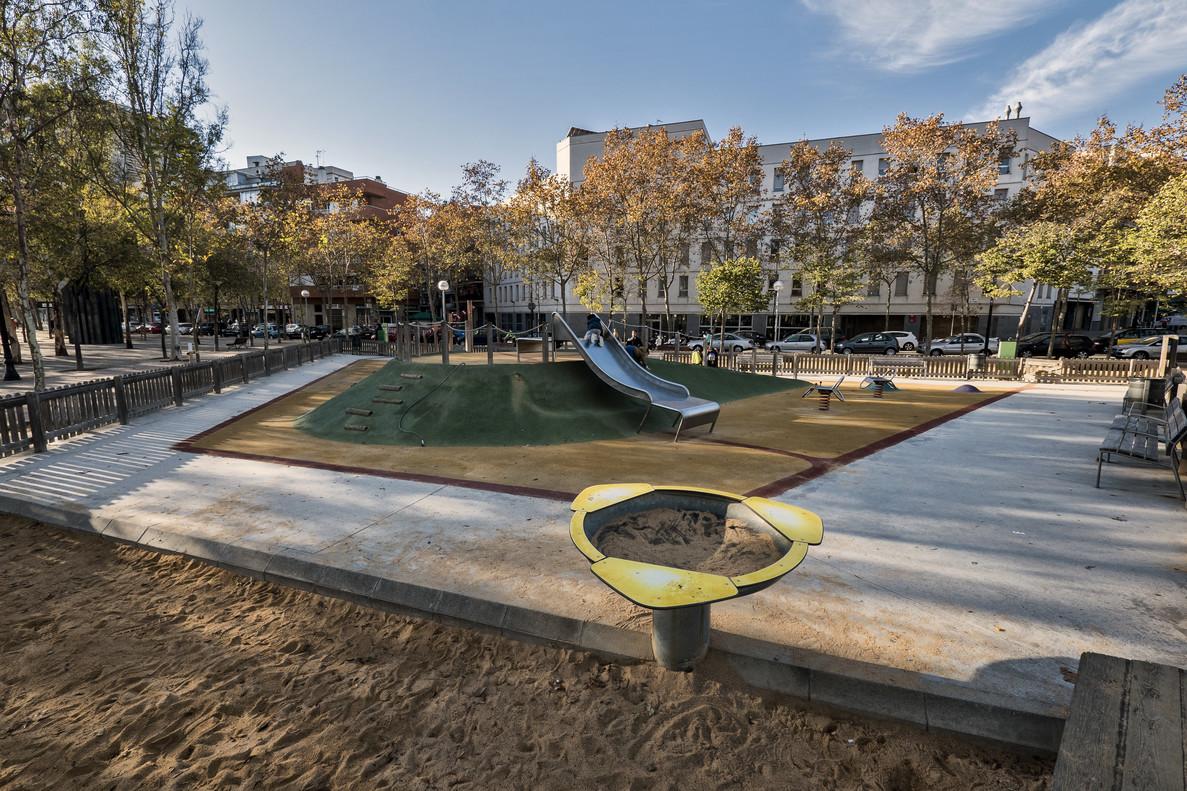 La zona del arenal está delimitada del resto del parque, con suelo de caucho, también en Can Dragó.