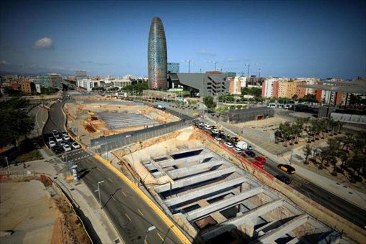 Estado de la excavación, ahora parada, del primer túnel de la Gran Via en el centro de la plaza de las Glòries, entre las calles de Castillejos (en primer término) y Badajoz (al fondo), ayer.
