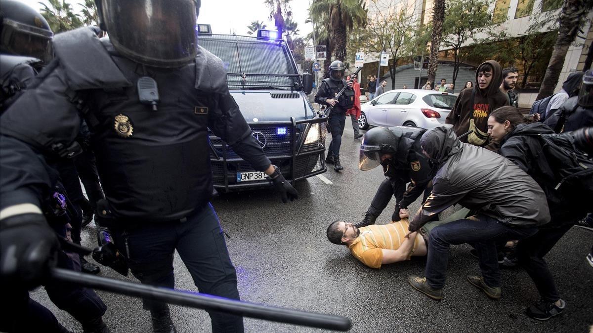 La Policía Nacional ha intentado desalojar a las personas concentradas ante el colegio electoral Ramon Llull.