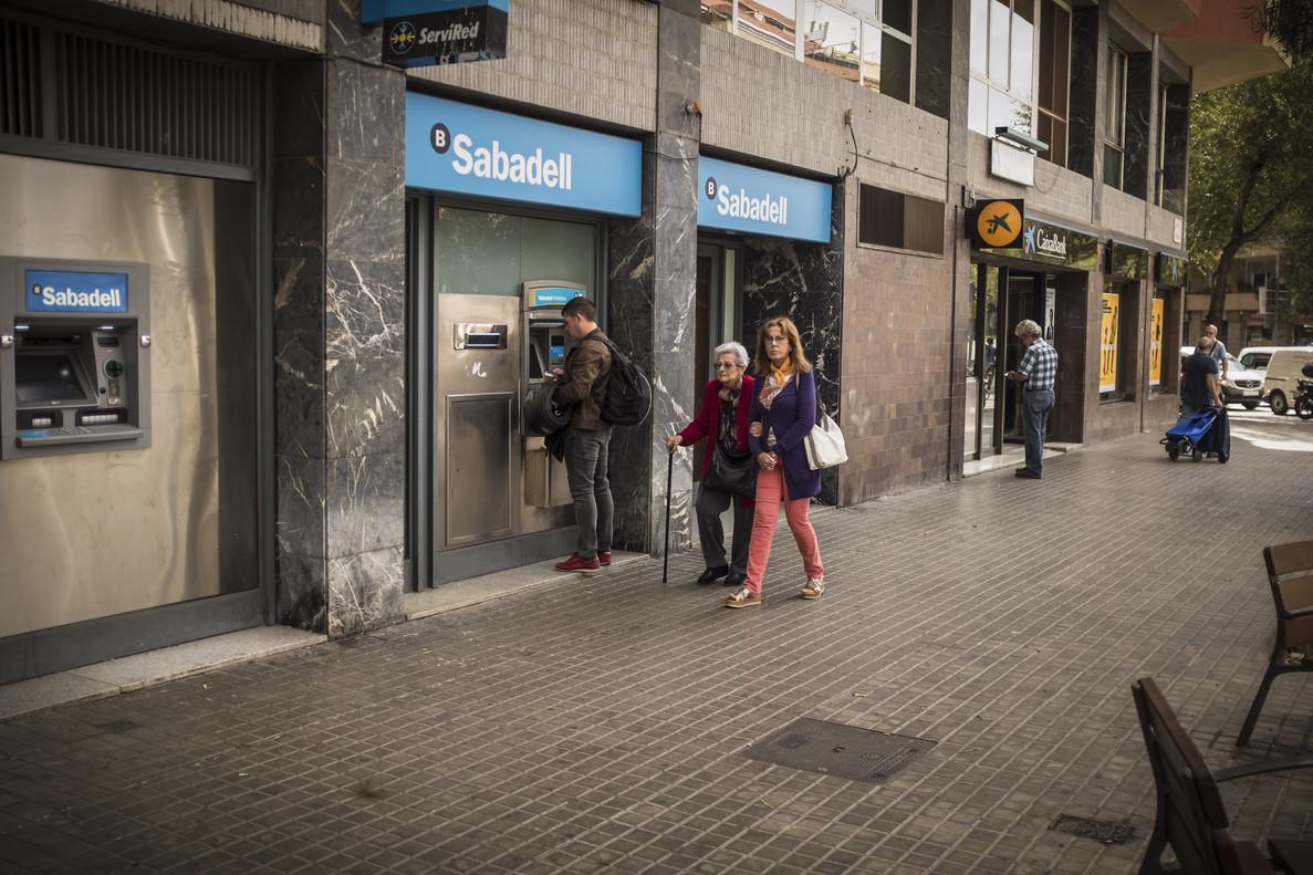 Oficinas de Banc Sabadell y CaixaBank.