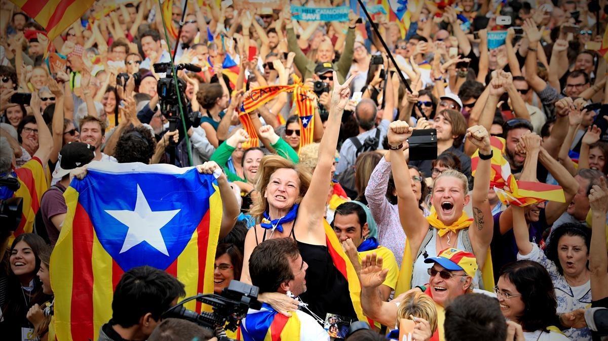 Alegrías en el parc de la ciutadella tras la proclamación de la independencia de Catalunya.