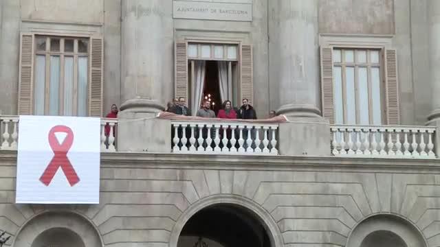LAjuntament de Barcelona i la Generalitat llueixen tapissos per la sida