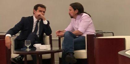 Polémica por una foto de Iglesias y Rivera en el bar del Congreso