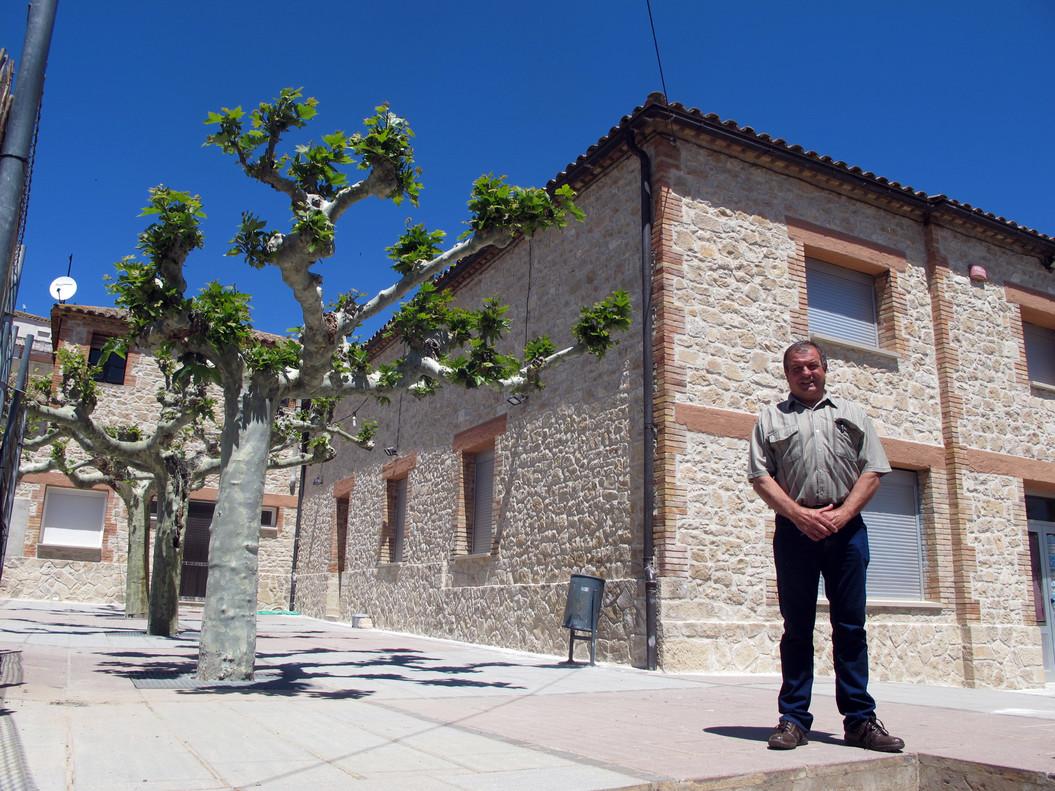 El alcalde de Els Omells, Delfí Escoté, ante el centro social que se incendió en el 2003.