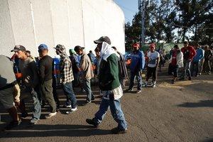 CIUDAD DE MEXICOMEXICO- Grupos de migrantes esperan a recibir alimentos hoymartes 6 de noviembre de 2018en el deportivo Jesus Martinez Palilloen Ciudad de Mexico.La Comision Nacional de Derechos HumanosCNDHde Mexico informóque tiene un reporte de dos camiones desaparecidosunas 80 personasde la caravana migrante.EFE Jose Mendez