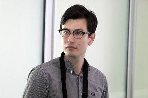 El estudiante australiano Alek Sigley a su llegada al aeropuerto de Pekín, tras ser retenido durante más de una semana por las autoridades de Corea del Norte.