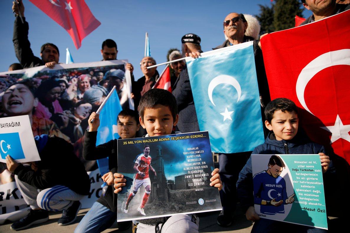 Turcos de etnia Uigur en una movilización con carteles de Özil en Estambultras la manifestación del futbolista.