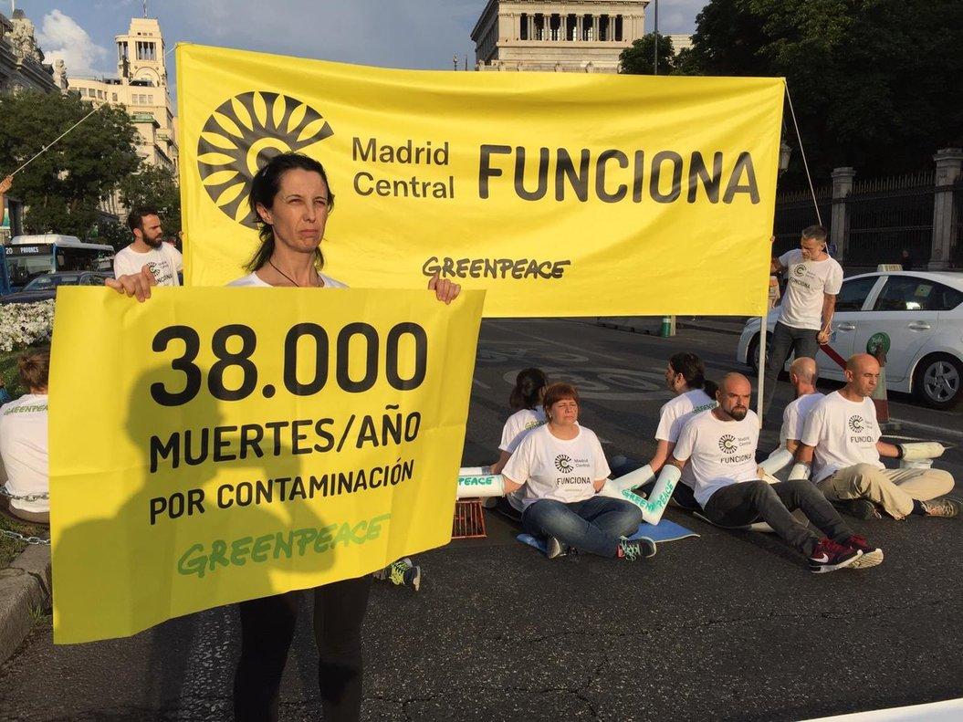 Activistas de Greenpeace, en la calle de Alcalá.