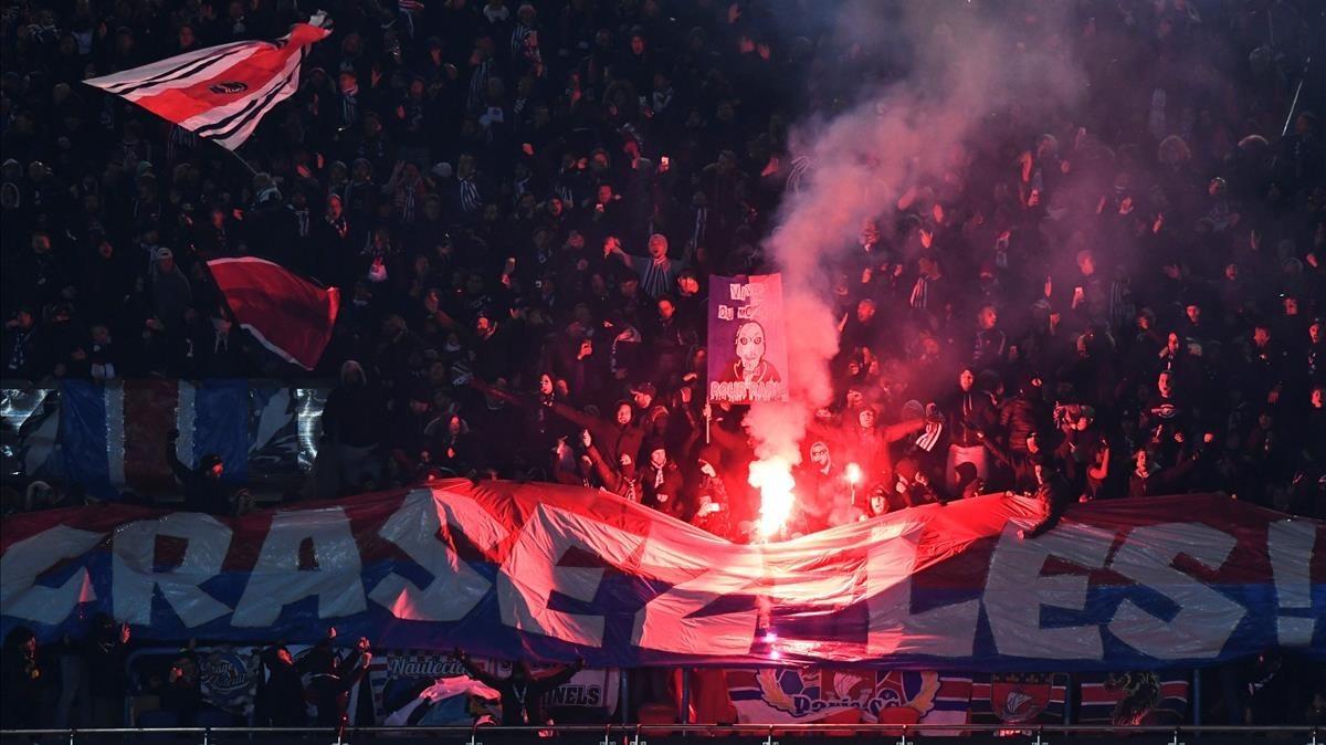 Aficionados del París SG encienden bengalas durante el partido de Copa ante el Olympique.