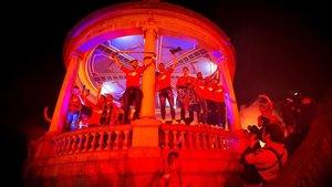 El quiosco de la plaza del Castillo teñido de rojo por el ascenso de Osasuna a Primera.