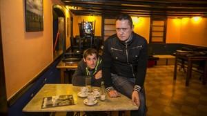 Albert Pla y Fermin Muguruza, fotografiados este martes en el bar Glaciar de Barcelona.