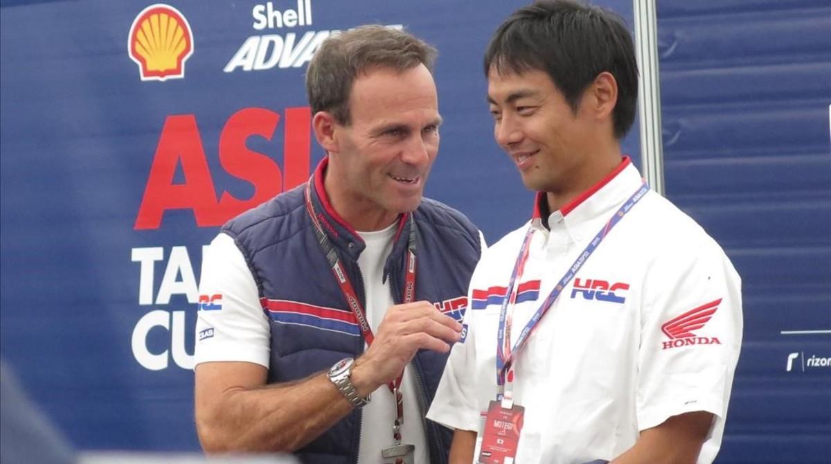 Alberto Puig, a la izquierda, conversa con el expiloto japonés Hiroshi Aoyama, uno de sus ayudantes en la Asia Talent. Cup.