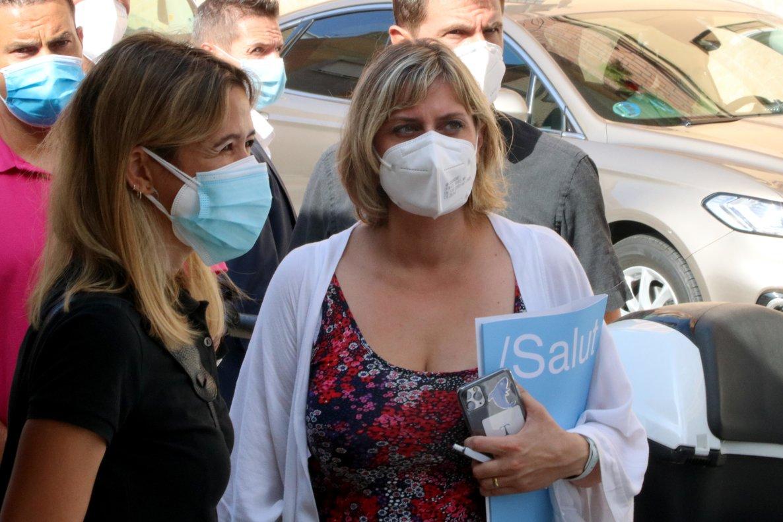La alcaldesa de Santa Coloma, Núria Parlon, junto a la 'consellera de Salut, Alba Vergés, en Santa Coloma de Gramenet.