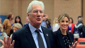 Richard Gere y su mujer, Alejandra Silva, durante su visita al Congreso, el pasado octubre, para asistir a un encuentro parlamentario junto a la Red de Apoyo a la Integracion Sociolaboral de Fundacion Raiscon la que ambos colaboran.