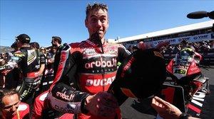 Álvaro Bautista (Ducati) muestra su felicidad, hoy, en el 'corralito' del circuito de Phillip Island (Australia).