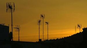 Antenes de televisió a les teulades d'uns edificis.