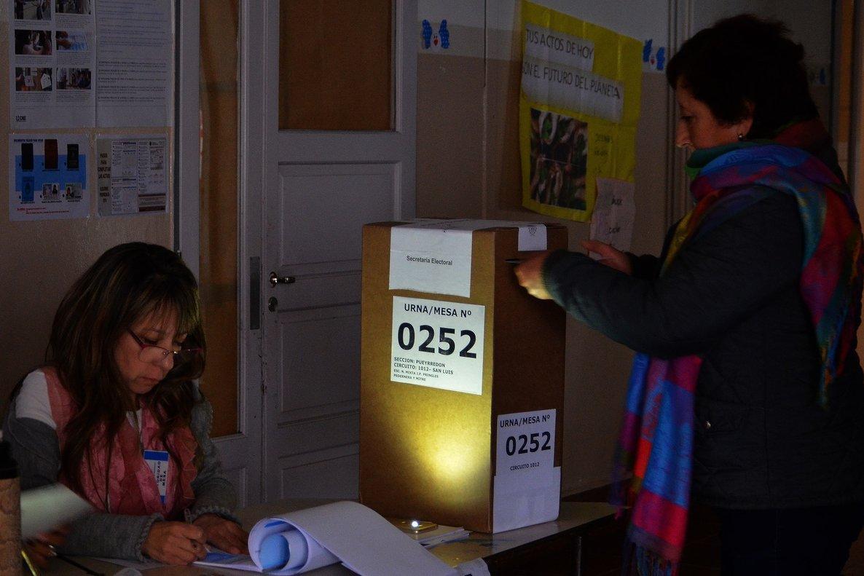 Jurados electorales trabajan sin luz en las elecciones regionales deArgentina.