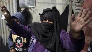 Familiares de uno de los dos adolescentes palestinos fallecidos tras la ofensivaisraelí, que atacó hasta 18 posiciones deHamás.