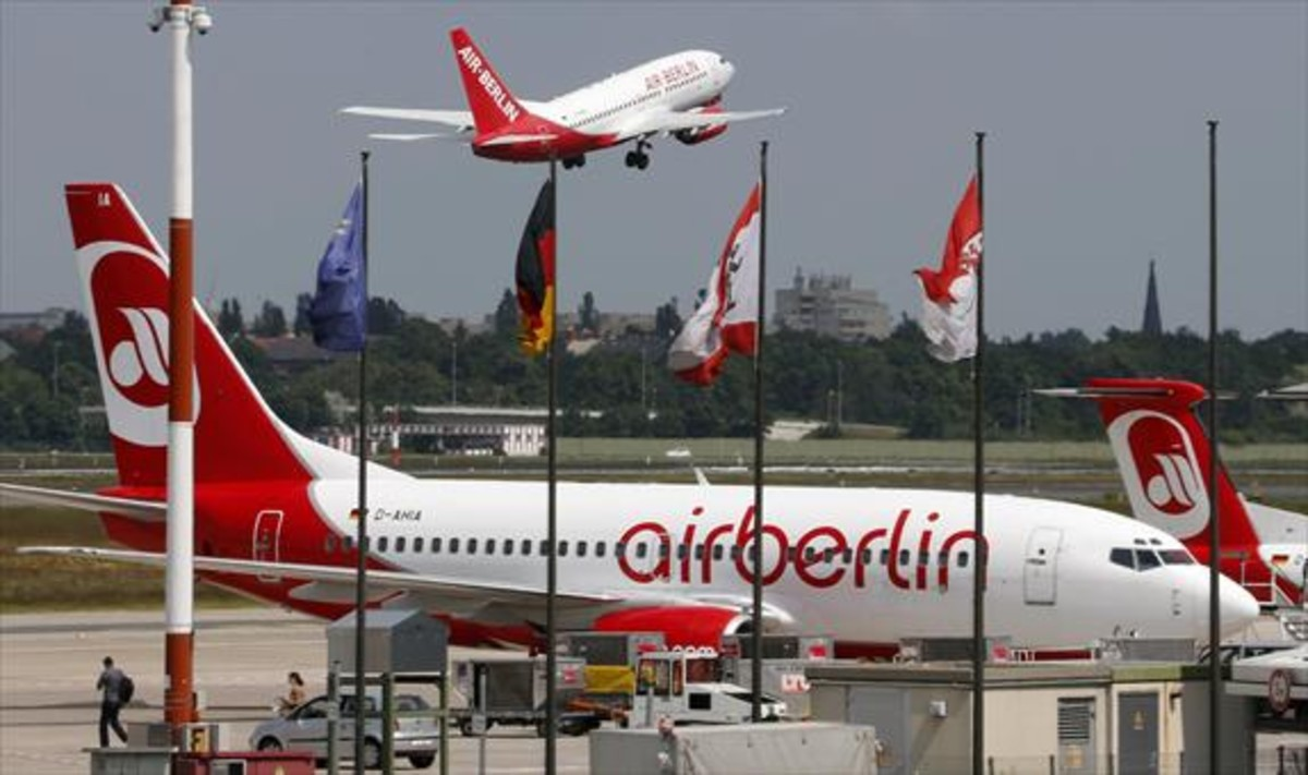 Un avión de Air Berlin despega del aeropuerto berlinés de Tegel.