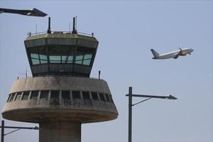 Un avión despega en el aeropuerto de Barcelona.
