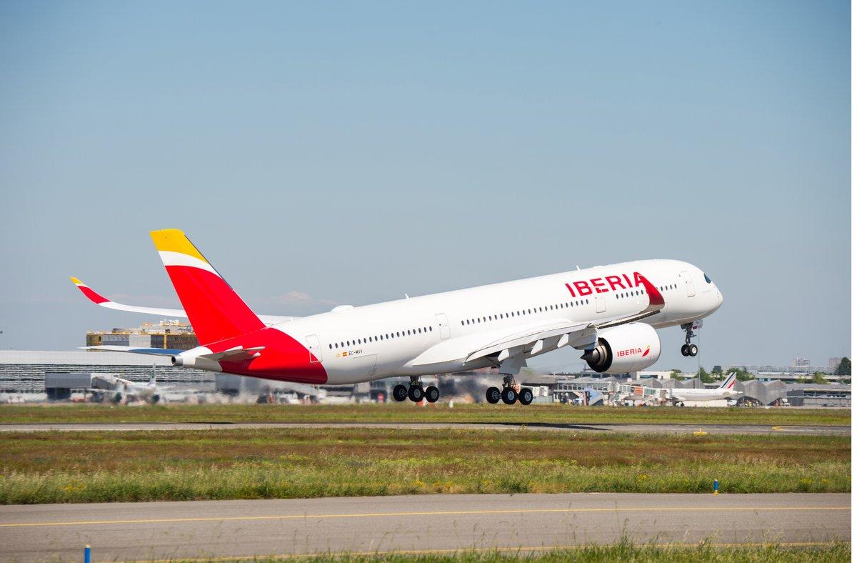 Avión de Iberia despegando de un aeropuerto.