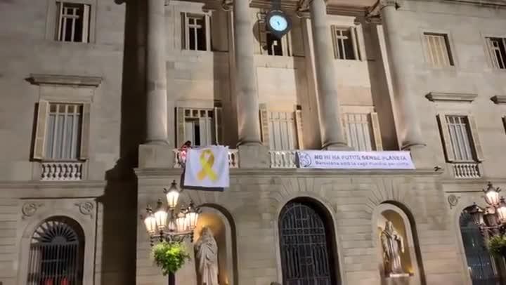 El Ayuntamiento de Barcelona retira el lazo amarillo del balcón.
