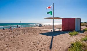 La bandera azul ondeará de nuevo este año en la playa de Gavà
