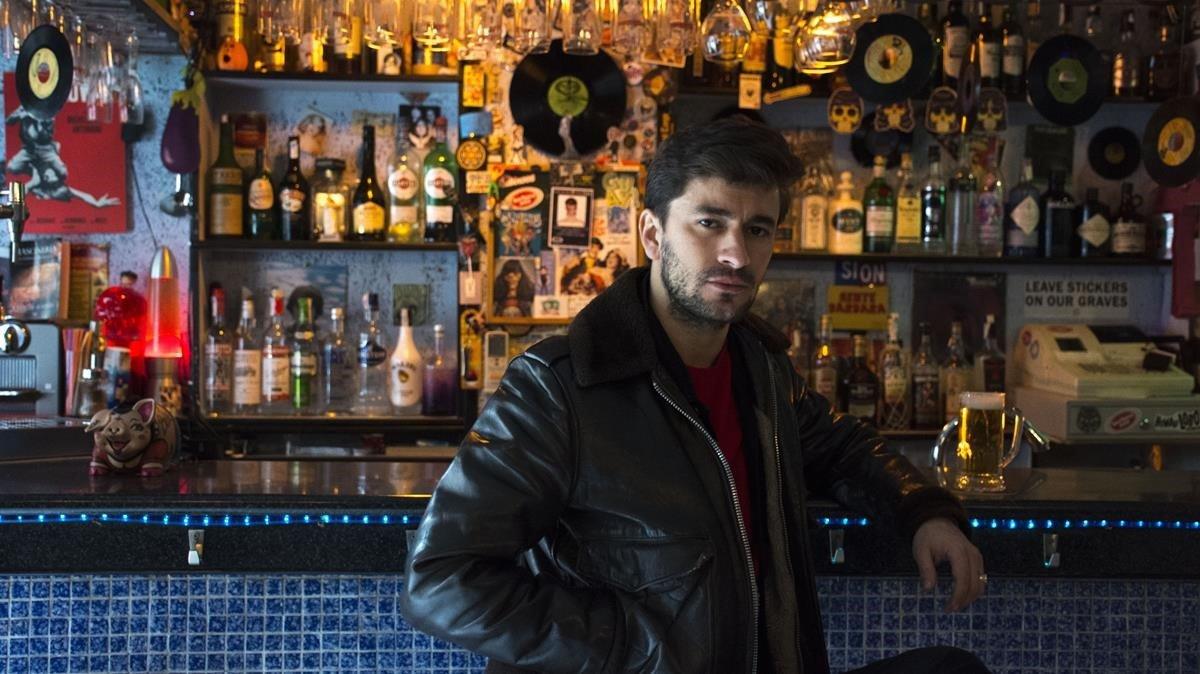 Adrià Marquès, en la barra de Barbara Ann, bar que frecuenta desde hace años y que ahora acoge conciertos en directo.