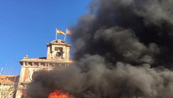 Bombers de la Generalitat manifestándose frente al Parlament, este mediodía.