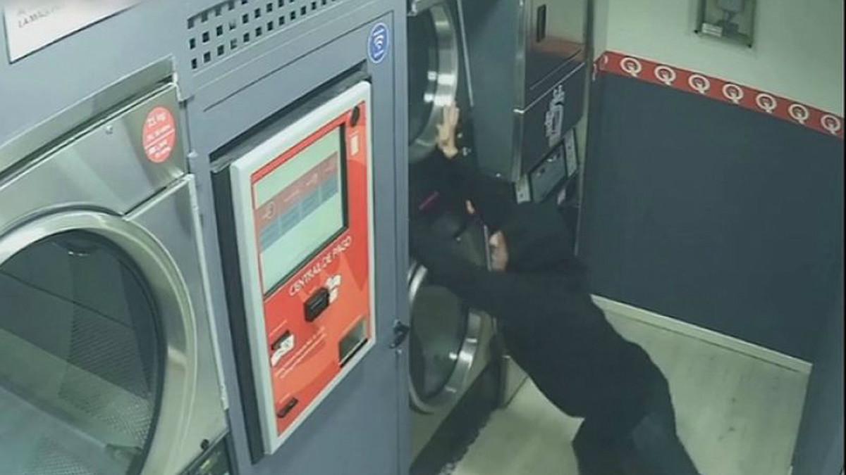 Captura de pantalla del vídeo de seguridad en que se ve al ladrón robando en una de las lavanderías