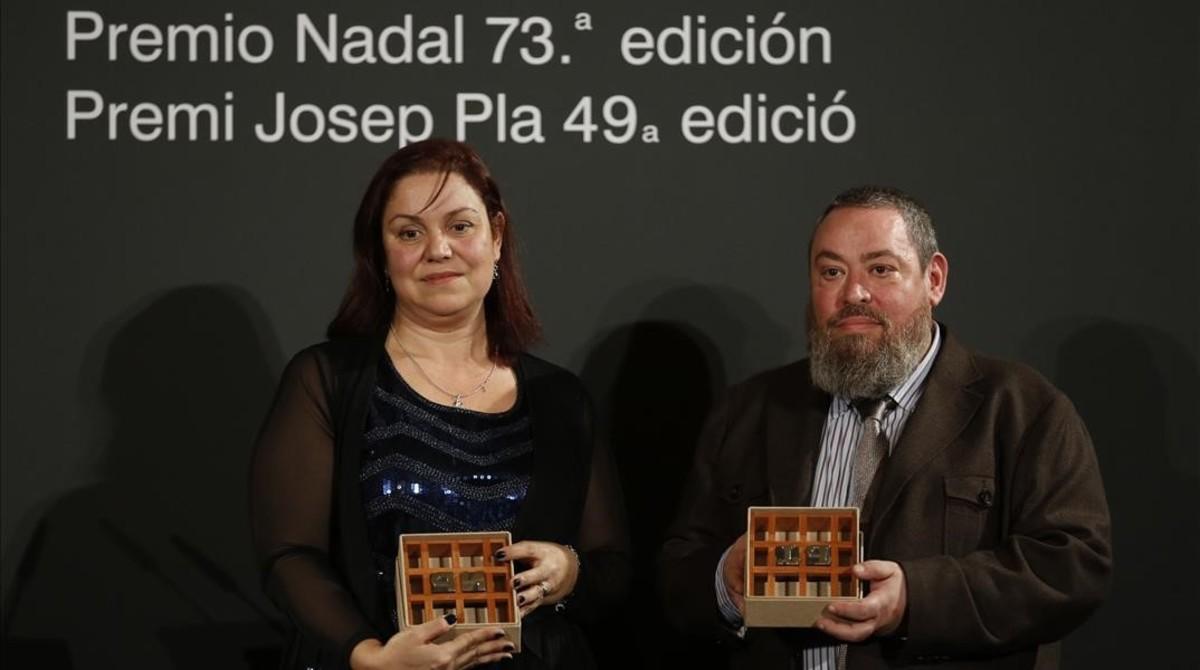 Care Santos y Xavier Theros posan con sus respectivos premios, el Nadal y el Pla.