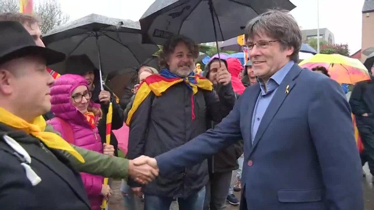 Carles Puigdemont en Waterloo,saluda a los participantes de una marcha independentista hasta Bruselas.