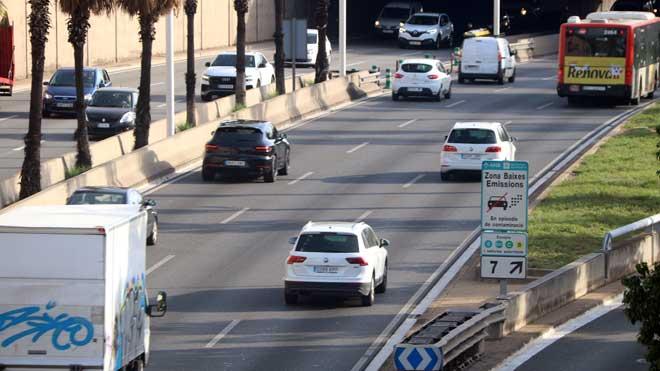 Carteles de 'Zona de bajas emisiones' en la Ronda de Dalt de Barcelona.