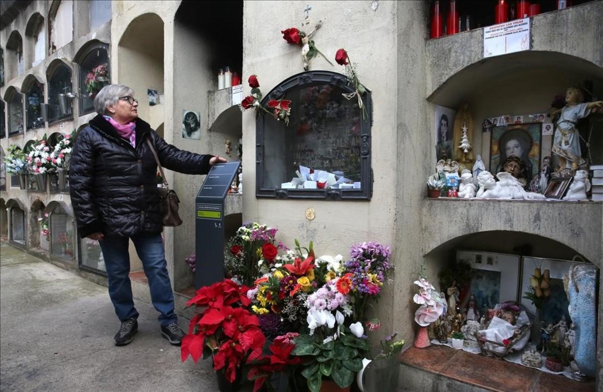 Dina, junto a la tumba del SantetdePoblenou. Ella vivió en estecementerio durante 15 años.
