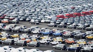 Automóviles estacionados en un aparcamiento antes de ser embarcados.