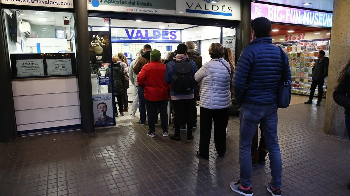 Cola en la lotería Valdés.