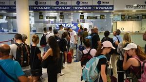 Colas ante los mostradores de Ryanair en El Prat.