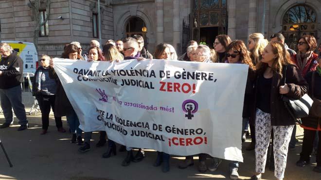 Concentracion de apoyo a las víctimas del violador de Martorell ante el Palau de Justícia de Barcelona.