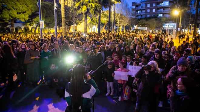 Imágenes de la concentración en contra del ataque a Can Ganxo celebrada en Castelldefels y de los jóvenes que han intentado boicotearla.