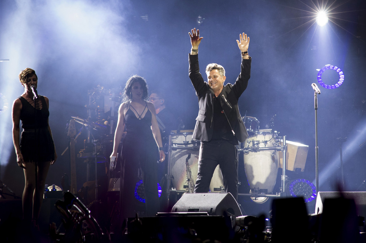 GRA305. MADRID, 24/06/2017.- El músico Alejandro Sanz (d) durante el concierto ofrecido esta noche en el estadio Vicente Calderón, en Madrid, con el que revive las canciones de uno de los discos más populares de su carrera, Más, de cuya publicación se cumplen 20 años. EFE/Luca Piergiovanni