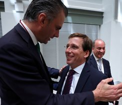 -FOTODELDIA- GRAF8714. MADRID 15/06/2019. - El secretario general de Vox, Javier Ortega Smith (i), felicita a José Luis Martínez Almeida (d), tras haber sido elegido nuevo alcalde de la Madrid en la sesión constituyente celebrada este sábado en el Palacio de Cibeles. EFE/Emilio Naranjo ***POOL***